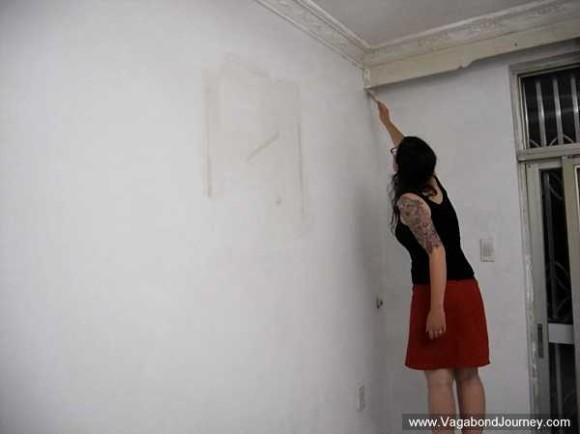 Ma femme en train de peindre notre appartement