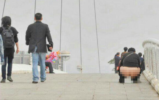 woman-pees-on-bridge-china